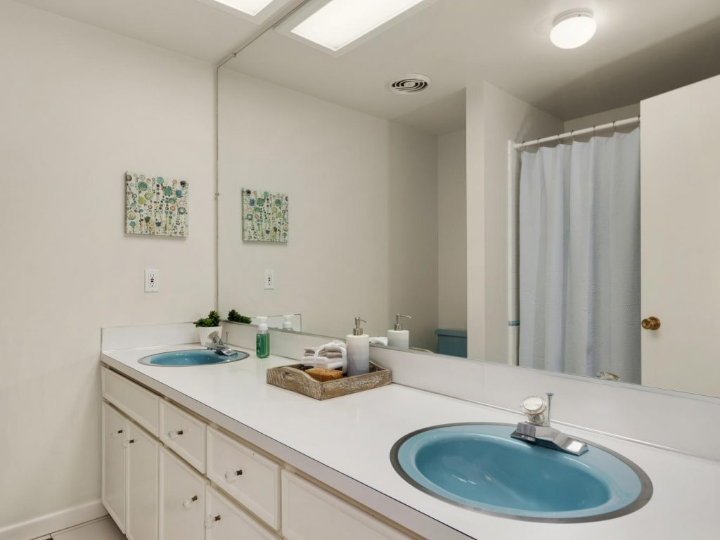 6690 SW Parkwest Ln Portland-large-018-19-Main Floor Bath-1334x1000-72dpi